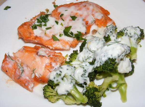 somon cu broccoli si sos de usturoi