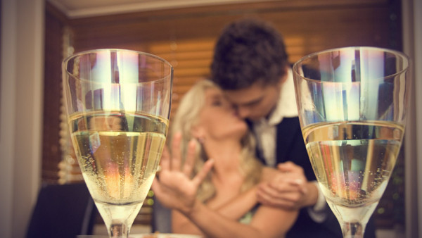 romantic-couple-with-champagne-glasses-youqueen-com