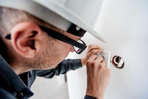 Cum alegi un electrician autorizat. 10 sfaturi esentiale care te scapa de pericole