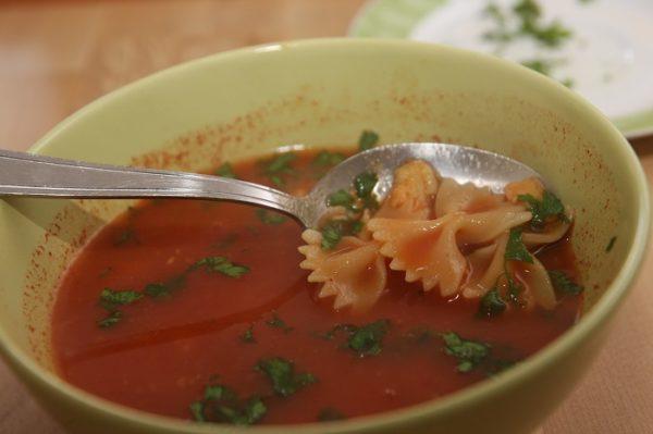 Supa de rosii cu bulion si farfale - de post (VIDEO)
