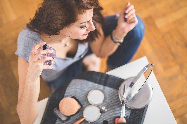 7 factori care influenteaza mirosul unui parfum pe piele